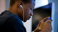 La utilización de auriculares con un volumen alto produce un trauma acústico que acelera el envejecimiento del oído